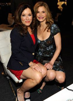 Barcelona_chair_Mary_McDonnell_Kyra_Sedgwick_02